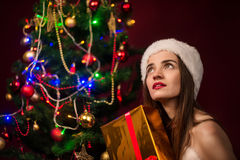 La muchacha abre un rectángulo de regalo Fotografía de archivo libre de regalías