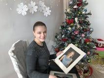 La muchacha abrió un regalo de Navidad imagen de archivo