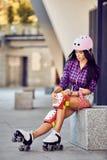 La muchacha activa de la forma de vida va a montar en pcteres de ruedas Imagen de archivo libre de regalías
