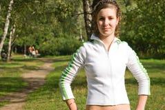 La muchacha activa en parque Fotos de archivo