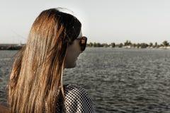 La muchacha admira el paisaje marino imagen de archivo