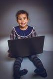 La muchacha adolescente 5 años de aspecto europeo juega a Imagenes de archivo