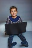 La muchacha adolescente 5 años de aspecto europeo juega a Imagen de archivo
