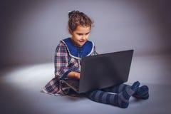 La muchacha adolescente 5 años de aspecto europeo mira Imagenes de archivo