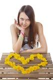 La muchacha adolescente 15 años, hechos de amarillo florece a la tarjeta del día de San Valentín. Imagen de archivo