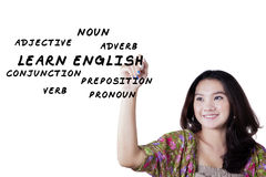 La muchacha adolescente aprende los materiales ingleses Fotografía de archivo