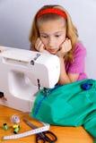La muchacha adolescente asustó por su error al coser Fotos de archivo