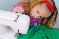 La muchacha adolescente asustó por su error al coser Fotografía de archivo