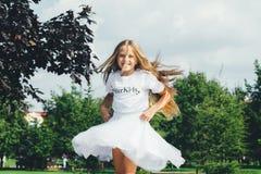 La muchacha adolescente atractiva está bailando Imágenes de archivo libres de regalías