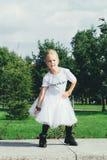 La muchacha adolescente atractiva está bailando Foto de archivo