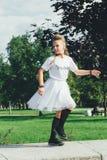 La muchacha adolescente atractiva está bailando Fotografía de archivo libre de regalías