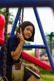 La muchacha adolescente balancea el patio Foto de archivo libre de regalías