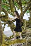 La muchacha adolescente Biracial que sube en la extensión ramifica en el Hawaiian sea Imagen de archivo