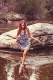 La muchacha adolescente camina en agua poco profunda Fotografía de archivo