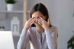 La muchacha adolescente cansada que frota ojos irritables secos siente la tensión de la fatiga visual fotos de archivo libres de regalías