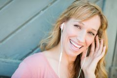 La muchacha adolescente canta adelante a la música en su Smartphone Fotos de archivo