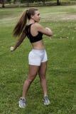 La muchacha adolescente caucásica que ejercita en blanco que lleva del parque pone en cortocircuito Blac Fotos de archivo