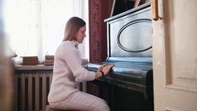 La muchacha adolescente cerró la tapa del piano almacen de video