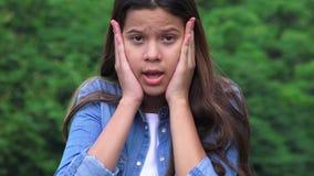 La muchacha adolescente chocó sorprendido ofendido y alarmado Fotos de archivo