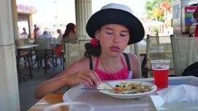 La muchacha adolescente come en un café Adolescente de la muchacha que come la comida al aire libre deliciosa del almuerzo Foto de archivo