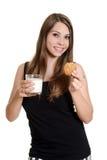 La muchacha adolescente con glas ordeña y la galleta de harina de avena Fotografía de archivo libre de regalías