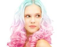 La muchacha adolescente con pendiente colorida de moda teñió el pelo Imagen de archivo