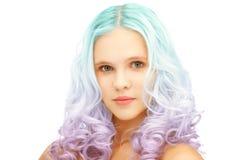 La muchacha adolescente con pendiente colorida de moda teñió el pelo Fotos de archivo libres de regalías
