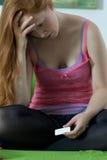 La muchacha adolescente consiguió embarazada Imagenes de archivo