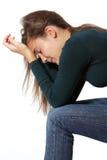 La muchacha adolescente de la depresión lloró solo aislada en blanco Foto de archivo