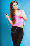 La muchacha adolescente de la moda escucha la música mp3 relaja feliz y el baile Imagenes de archivo