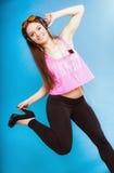 La muchacha adolescente de la moda escucha la música mp3 relaja feliz y el baile Fotografía de archivo libre de regalías