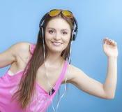 La muchacha adolescente de la moda escucha la música mp3 relaja feliz y el baile Fotos de archivo