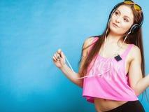 La muchacha adolescente de la moda escucha la música mp3 relaja feliz y el baile Fotos de archivo libres de regalías