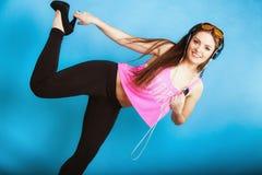 La muchacha adolescente de la moda escucha la música mp3 relaja feliz y el baile Imagen de archivo libre de regalías