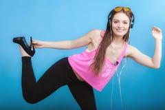 La muchacha adolescente de la moda escucha la música mp3 relaja feliz y el baile Imágenes de archivo libres de regalías