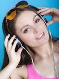 La muchacha adolescente de la moda escucha la música mp3 se relaja Imagenes de archivo