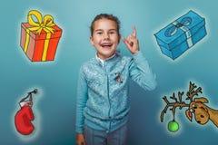 La muchacha adolescente de la Navidad aumentó sus pulgares para arriba de Imágenes de archivo libres de regalías