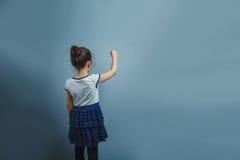 La muchacha adolescente del aspecto europeo cinco años, escribió Imágenes de archivo libres de regalías