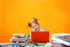 La muchacha adolescente del pelirrojo con la porción de libros en casa Tiro del estudio Fotografía de archivo libre de regalías