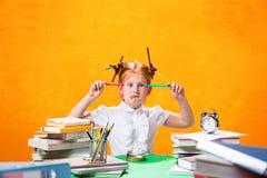 La muchacha adolescente del pelirrojo con la porción de libros en casa Tiro del estudio Foto de archivo libre de regalías