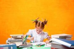 La muchacha adolescente del pelirrojo con la porción de libros en casa Tiro del estudio Fotografía de archivo