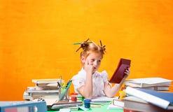 La muchacha adolescente del pelirrojo con la porción de libros en casa Tiro del estudio Imagen de archivo