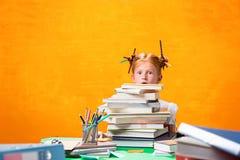 La muchacha adolescente del pelirrojo con la porción de libros en casa Tiro del estudio Fotos de archivo