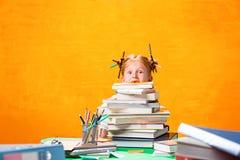La muchacha adolescente del pelirrojo con la porción de libros en casa Tiro del estudio Imagen de archivo libre de regalías