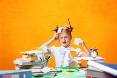 La muchacha adolescente del pelirrojo con la porción de libros en casa Tiro del estudio Fotos de archivo libres de regalías