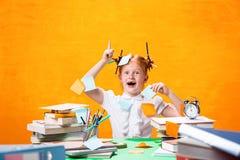 La muchacha adolescente del pelirrojo con la porción de libros en casa Tiro del estudio Imagenes de archivo