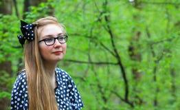 La muchacha adolescente disfruta de la naturaleza Fotos de archivo