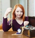 La muchacha adolescente elige la gota en cofre del tesoro Imagenes de archivo