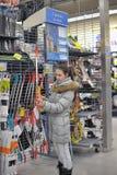 la muchacha adolescente elige un arco para la tienda de los deportes que tira Imágenes de archivo libres de regalías