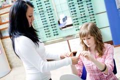 La muchacha adolescente elige vidrios Foto de archivo